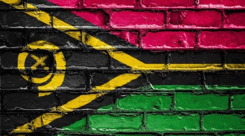 Nationalflagge von Vanuatu (Südpazifik) auf Mauer