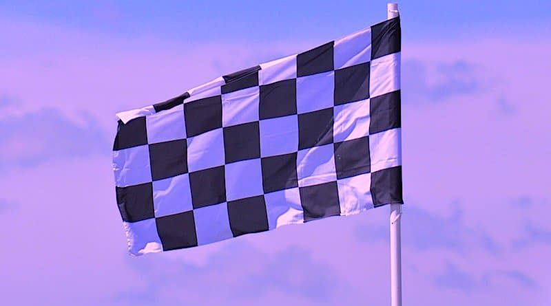 Karierte Fahne im Wind