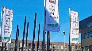 Flaggen gegen Rassismus vor dem Stadthaus Ostfildern
