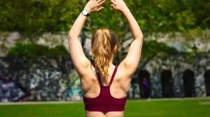 Muskolöser Rücken einer Frau mit hochgestreckten Armen