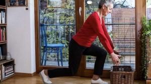 Seniorin bei Bewegungsübung vor ihrem Balkon