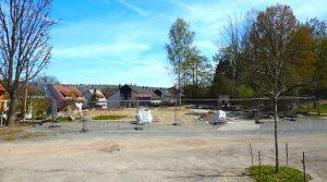 Blick vom Parkplatz auf den Bauplatz der künftigen Kita am Bergwald