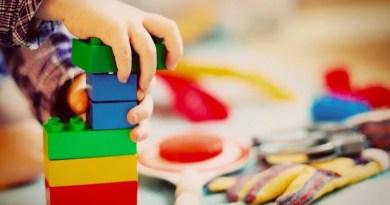 Kinderhand beim Spiel mit Duplosteinen