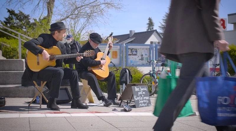 Hermann Andrea Bauer und Wolfgang Berner-Föhl spielen Gitarre vor der Apotheke Mache in Sillenbuch