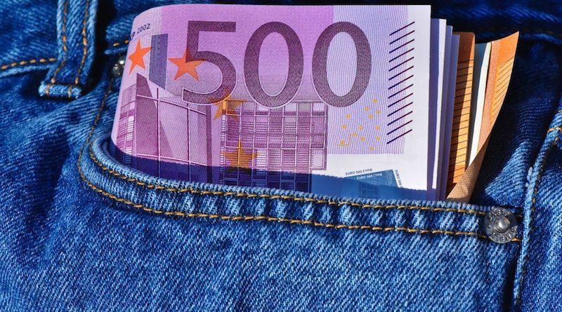 Bündel Euroscheine schaut aus Jeans-Hosentasche