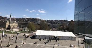 Blick vom Kleinen Schlossplatz auf das Corona-Schnelltestzentrum auf dem Schlossplatz