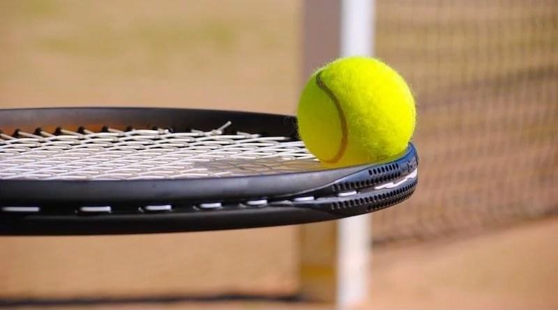 gelber Tennisball auf Tennisschläger