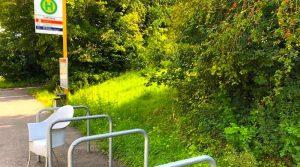 Bergab-Bushalt Linie 65 Lederberg mit Stuhl