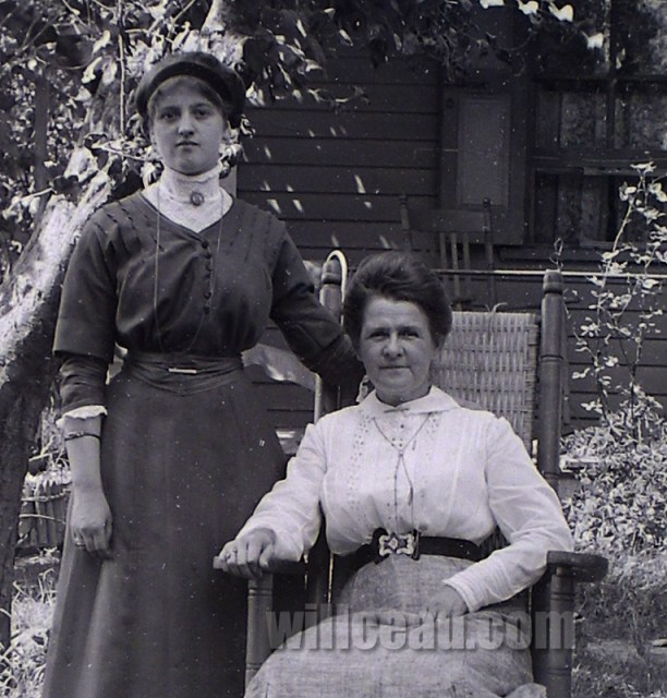 2-Ladies-in-the-Yard-det