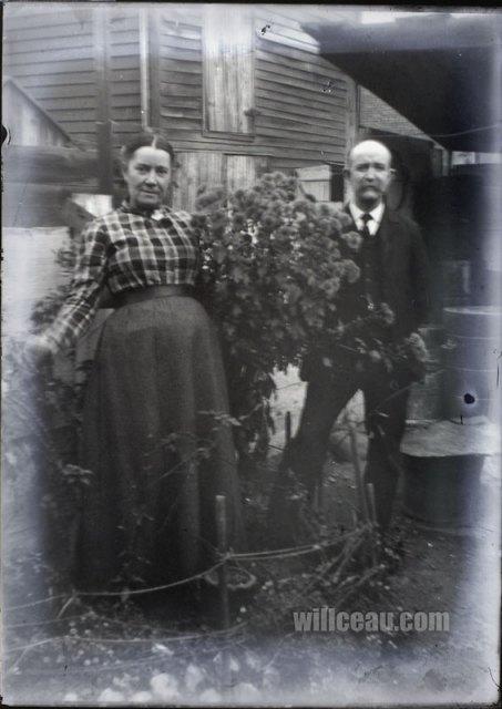 blurry-couple-in-garden