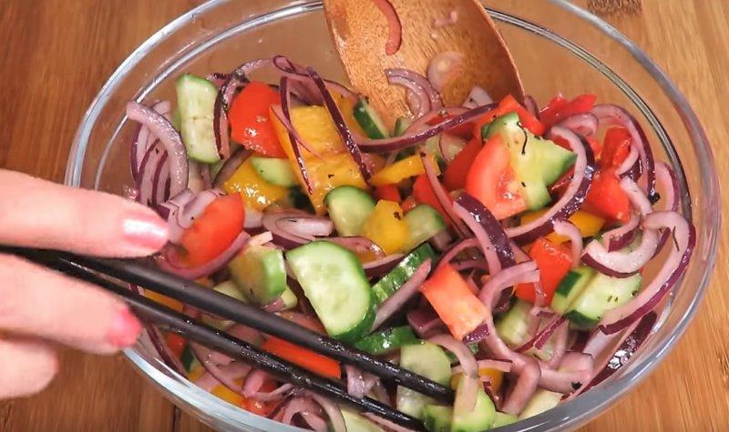 Zöldségek keverése