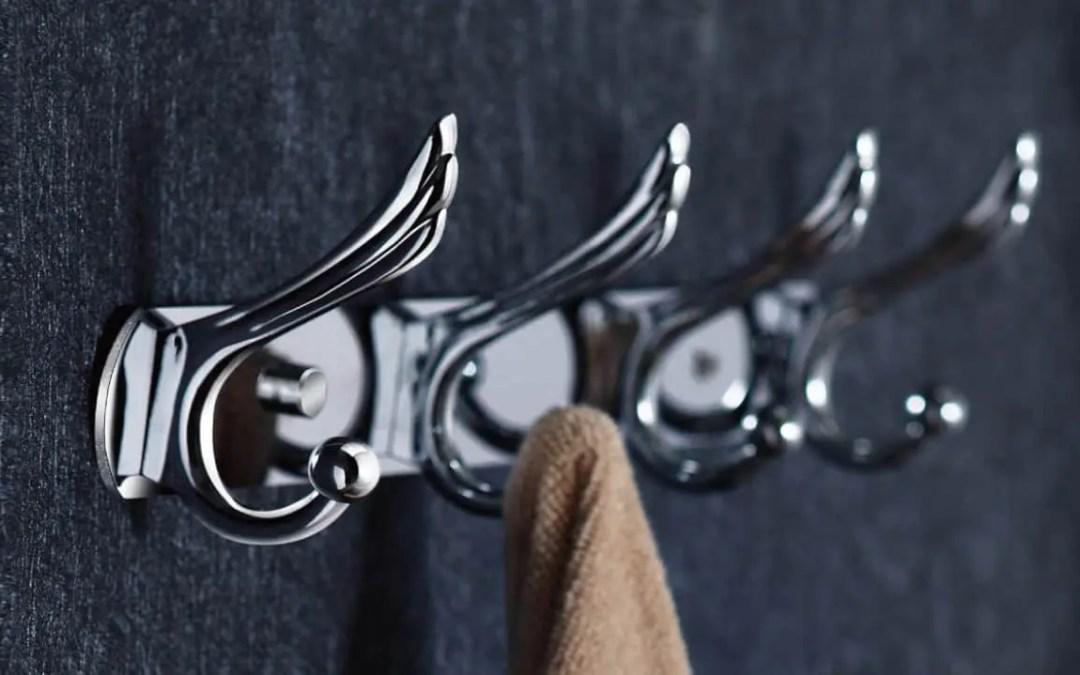 Garderobe haken op de binnenkant van uw badkamerdeur plaatsen