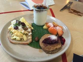 Suchbild: Was mag ich an diesem Frühstück nicht? Tip: sitzt fies grinsend auf dem Rührei...