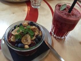 Acai-Bowl und Berry Cooler