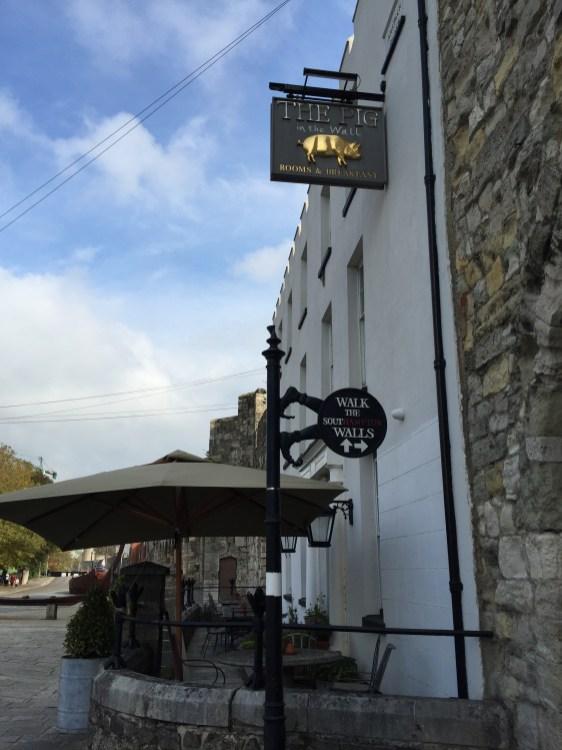 Pub mit süßem Schild und coolem Wegweiser in Southampton Stadtmauer