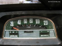 Vintage car speedometer. WU PHOTO © Willy Uribe Archivo fotográfico Reportajes