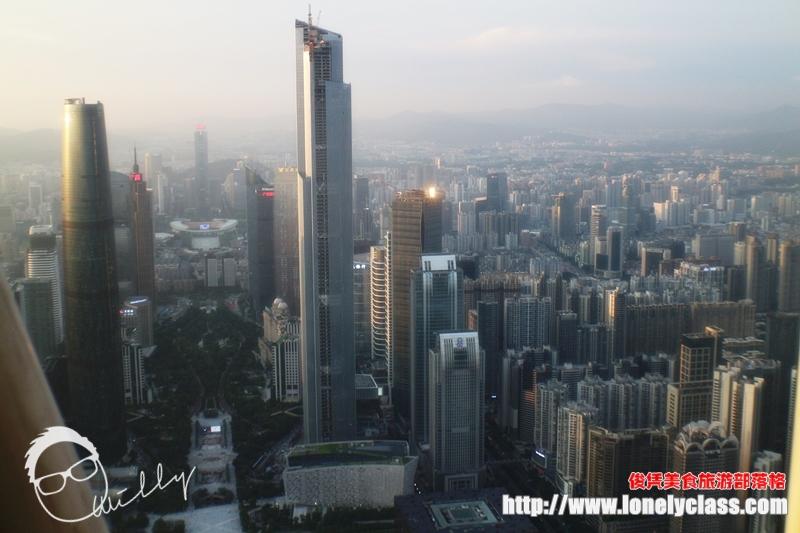 眼前的这栋新摩天楼是周天福金融中心,其高度在中国排名第四。