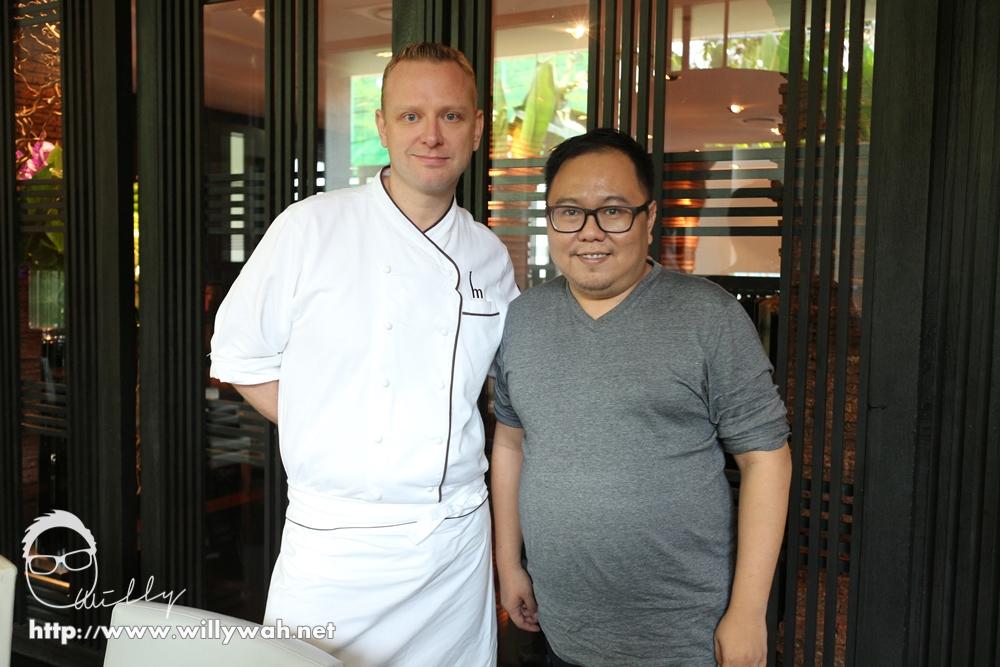 当天餐厅总厨不在,幸好酒店的行政总厨在当日掌厨,有幸和他见个面聊天。