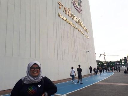 Foto dulu depan tulisan gede nama dari stadion