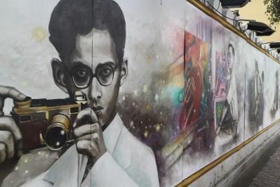 Mural cerita kehidupan Sang Raja di sepanjang jalan menuju The Grand Palace