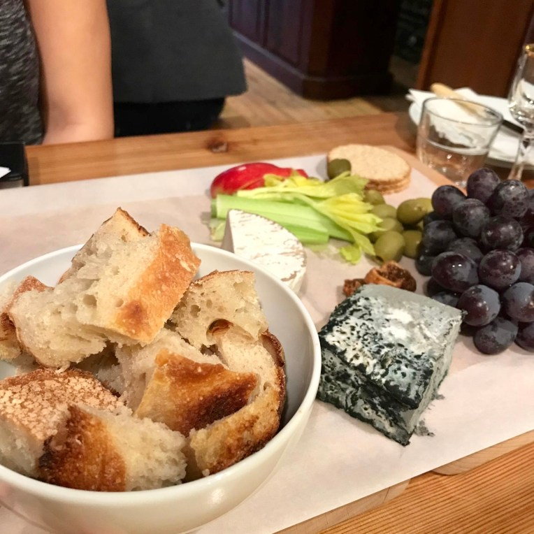 Bite size bread with vegan cheese and fruit