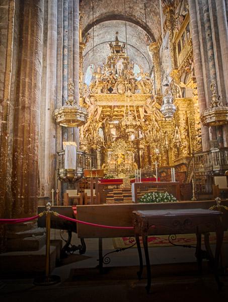 Santiago di Compostela: das Kirchenschiff mit der Statue des Apostel Jakobus