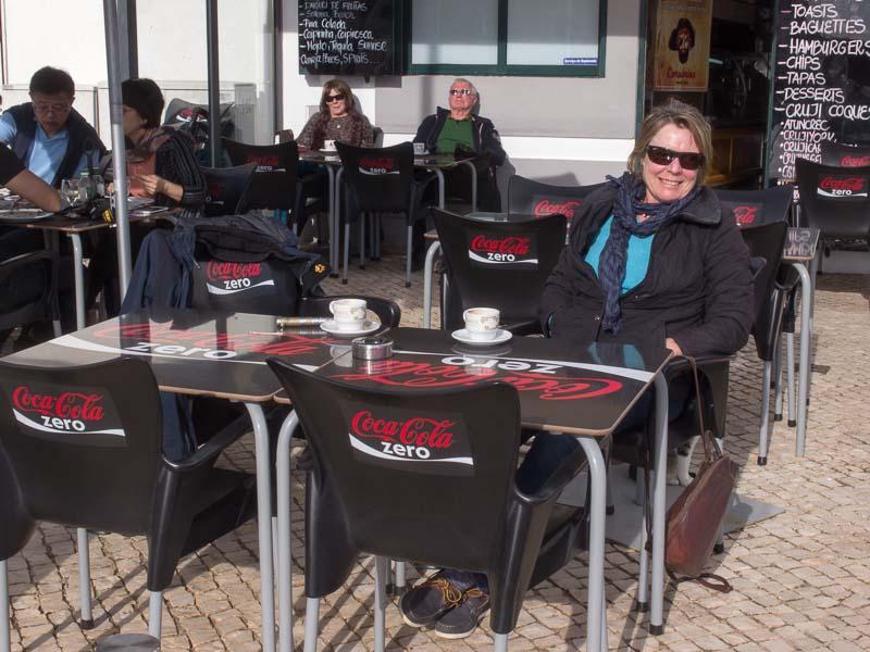 Da fühlt sich Mary doch gleich wieder wohl: Sonne, Windstille, Kaffee. Herz was willst du mehr.