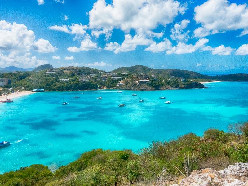 Antigua Deep Bay: Die Bucht mit Lesmona in der Mitte irgendwo....
