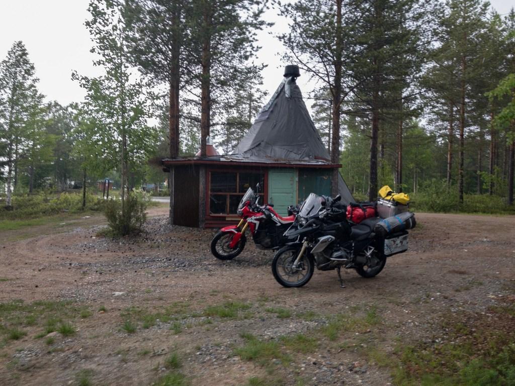 Bei der Scheune: Mopeds im Freien, wir im Trockenen
