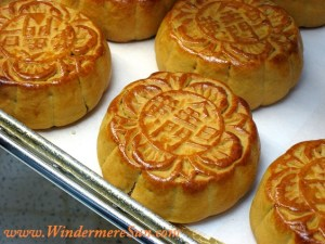 """Mooncakes with Chinese characters 金門旦黃 (jinmen danhuang), meaning the moon cake contains egg yolk filling and is made from a bakery named """"Golden Gate Bakery"""". Mooncakes usually have the bakery name pressed on them. (uploaded by Atlaslin, credit: misbehave)"""