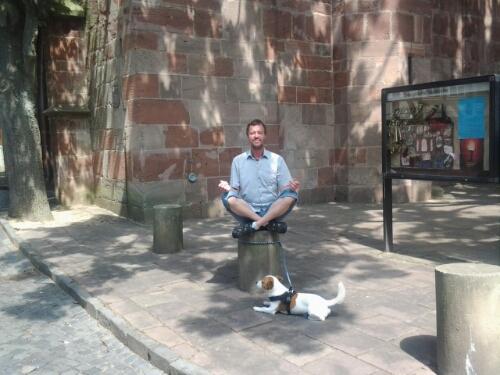 Harald Ganswindt mit seinem Hund Nando vor der Stadtkirch in Bad Hersfeld.