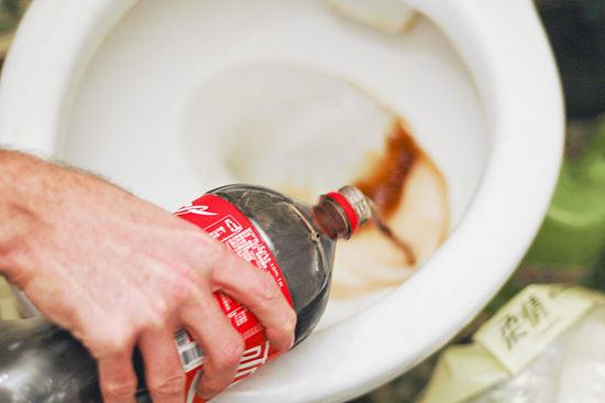 rociar la Coca-Cola por todo el inodoro