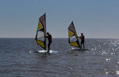 Dos personas aprendiendo windsurf en santa pola