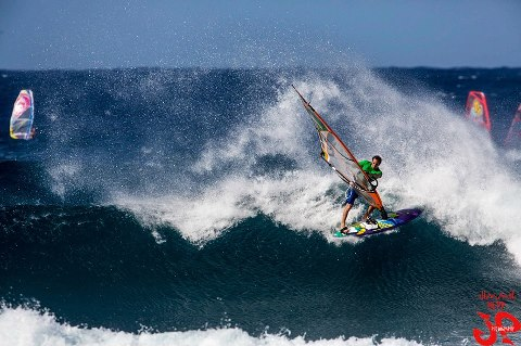 Graham Ezzy kicking at Ho'okipa