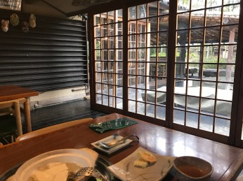望住出面個日式園景食飯再聽住佢啲三味線音樂確實係好relax!