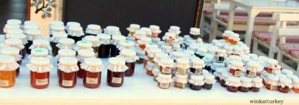 Puesto de venta de mermeladas caseras en Alaçati