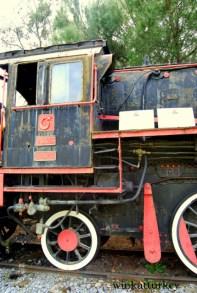 Locomotora con su número de identificación y los paneles informativos