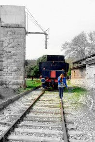 Depósito de agua y vagón para el carbón sobre las vías del tren