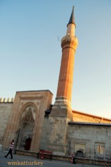 Vista exterior del minarete y la puerta principal