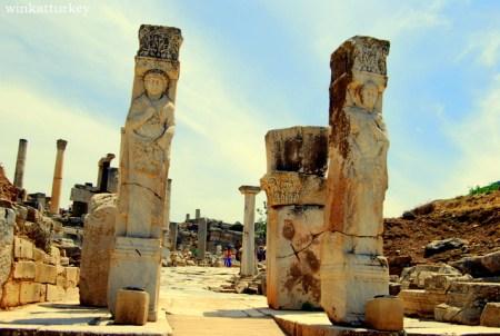 """Entrada a la """"calle de los curetes""""( del griego antiguo Kouretes, que sdon divinidades a veces confundidas con los Coribantes o Dáctilos)."""