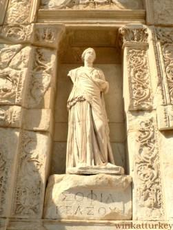Escultura de la fachada de la Biblioteca de Celso