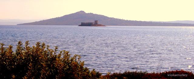 Vista de un antiguo monasterio sobre una pequeña isla