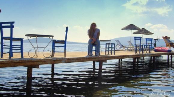El embarcadero con sus sillas, mesas y tumbonas esperándonos.