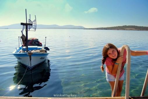 Barco amarrado al pequeño embarcadero