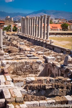 Pórtico oeste con restos de la basílica al fondo
