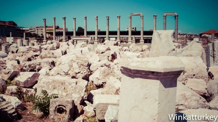 Línea de columnas del pórtico oeste tras el que se encuentra el bazar de Kemeralti