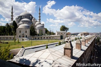 Jardines de la mezquita que dan al Cuerno de Oro. Foto Wikimedia, ajustes Winkatturkey.