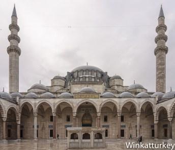 Patio de la Suleymaniye con fuente de abluciones. Foto Wikimedia, arreglos Winkatturkey
