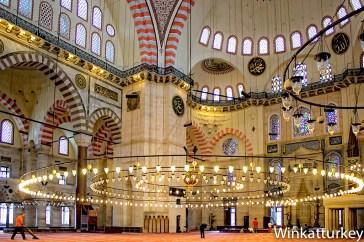 Interior de la Suelymaniye. Foto Wikimedia, arreglos Winkatturkey