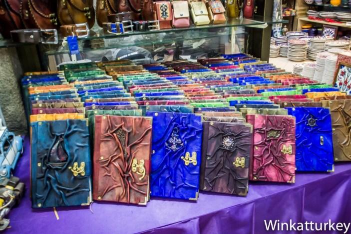 Cuadernos con tapas de cuero.